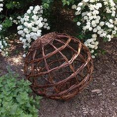 Make globes for decorations to display themed scenes hold candles or lights or just to decorate your winter garden from willow and twig cuttings in Twig Crafts, Nature Crafts, Garden Crafts, Willow Weaving, Basket Weaving, Willow Garden, Garden Globes, Garden Balls, Design Jardin