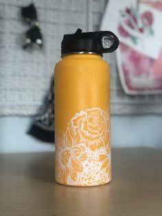 Aesthetic Painting on hydroflask water bottle with acrylic colors. Idea for VSCO with doodle art Water Bottle Art, Cute Water Bottles, Water Bottle Design, Hydro Painting, Bottle Painting, Custom Hydro Flask, Hydro Flask Water Bottle, Doodles, Floral Flowers