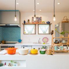 娘と一緒に台所に立つのって憧れ。 はじめての料理は、アタフタしちゃうもの。 できるだけ、自分の力でがんばってほしいから、 広く使えるタイルの作業台をつくりました。 今日も楽しくお料理してるかな? 北欧好きな奥様らしい色使いが素敵です。 #新築 #デザイナーズ住宅 #設計士と直接話せる #コラボハウス #北欧 #オープンキッチン #タイル #ルクルーゼ #マリメッコ #ホーロー #注文住宅 #設計士とつくる家 #コラボハウス #愛媛 #香川 #インテリア #薪ストーブ #リビング