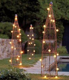 sculptures de jardin en acier, décorées de guirlandes lumineuses ampoules