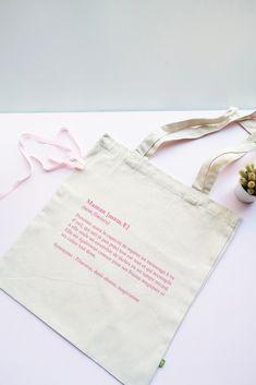 Tote bag Maman Définition en coton biologique. Un tote bag super pratique et résistant ! Coton Biologique, Reusable Tote Bags, Mom Presents, Custom In, Handkerchief Dress