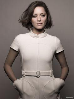 MARION COTILLARD パリで生まれ、オルレアンで育つ。父親ジャン=クロード・コティヤールは俳優でブルトン人(ケルト系民族)であり、母親は元女優で現在は演劇の講師をしている。