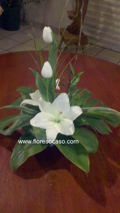 Pequeño y minimalista arreglo floral para mesa