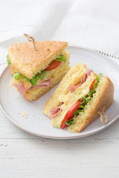 Pan di spagna: perfetto per buffet, party e aperitivi! [Salty sponge cake stuffed with salad, tomato, ham and cheese]