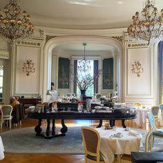 La vie de Château! Ce matin on s'est réveillés comme un prince et une princesse dans le superbe château hôtel Mont Royal près de Chantilly!  Et vous? Réveil royal en ce jour férié?  Bon lundi de Pâques les voyageurs!  . #hotel #chateau #castle #beautiful #princess #love #easter #worldwide #aroundtheworld #passionpassport #neverstopexploring #instagood #trip #france #travel #traveler #travelgram #traveladdict #world #worldtraveler #igtravel #night #explore #exploretheworld #exploretheglobe…