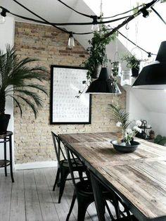Mélange de textures : Bois, murs de pierres et de la végétation pour relever l'ambiance chaleureuse de cette salle à manger