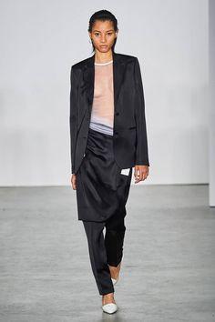 Helmut Lang Fall 2019 Ready-to-Wear Fashion Show - Vogue Helmut Lang, Vogue Paris, Vans New York, Lineisy Montero, Dress Over Pants, Catwalks, Fashion Show Collection, Apparel Design, Badgley Mischka