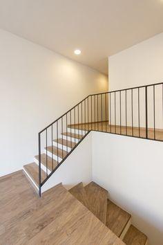 www.alpha-hardin.com Modern Stairs wwwalphahardincom Interior Stair Railing, Stair Railing Design, Metal Stair Railing, House Staircase, Staircase Railings, Bannister, Staircases, Foyer Design, House Design