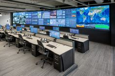 Video walls are everywhere. When choosing an integrator for your mission critical installation, it's vital to choose one with significant experience in the field. Modern Office Design, Office Interior Design, Office Interiors, Spaceship Interior, Futuristic Interior, Data Center Design, Security Room, Home Command Center, Trading Desk