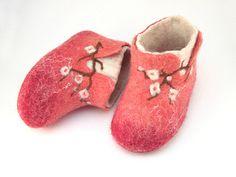 Sakura - Newborn felted slippers / Child felted boots | by Jane Luchinina Felt Booties, Felt Baby Shoes, Cute Baby Shoes, Baby Booties, Kids Slippers, Felted Slippers, Shibori, Needle Felted, Felting