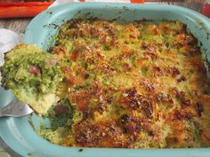 Brokkolis csirkemell csőben sütveTartalmas és ízekben gazdag egyszerű,gyorsan elkészíthető fogás( cukkinivel,karfiollal is nagyon finom )Hát egy kicsit túlsütöttem,de így is nagyon finom :) Muszájvolt a brokkolit elhasználomés ez az egyik kedvencünk.Hozzávalók:2-3 adag