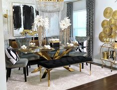Gorgeous and elegant gold dinning table. Glass Dinning Table, Dining Room Table Decor, Dining Table In Kitchen, Dining Room Design, Dining Furniture, Room Decor, Black And Gold Living Room, Silver Living Room, Home Living Room