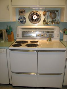 1949 HotPoint stove with double ovens, built-in niche for salt & pepper shaker on left.