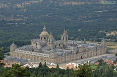 cap.2 p.7 <<Paco se ha ido a pasar la mañana a El Escorial>>. El Escorial es un monasterio que fue construido en el siglo XVI por el rey Felipe II. Está al noroeste de Madrid y en él están enterrados los reyes de España.