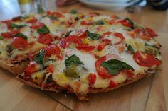 Pizza time! Heerlijke pizza met een bodem van Turks brood