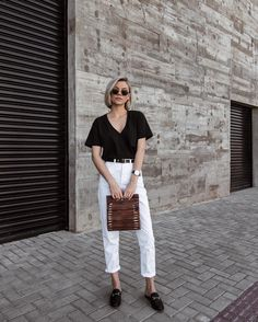 estilo minimalista: t-shirt preta, mom jeans branca, mule, bolsa handmade.