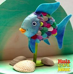 House full color: Most beautiful fish of the sea, Niels Holgersson and a free pattern! Diy For Kids, Crafts For Kids, Fabric Fish, Felt Fish, Rainbow Fish, Fish Crafts, Felt Decorations, Felt Patterns, Felt Hearts