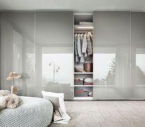 Armoire de chambre contemporaine / en bois laqué brillant / en mélaminé / à porte coulissante