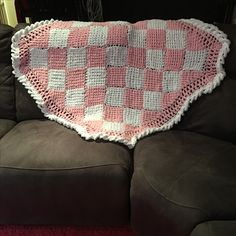 Baby blanket in chenille yarn.