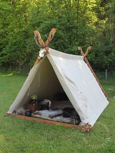 Here are 16 awesome ideas for diy Christmas decorations. Viking Tent, Viking Camp, Yurt Tent, Cabin Tent, Camping Life, Tent Camping, Glamping, Vikings Live, A Frame Tent