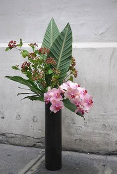 Art Floral Japonais - Akiko Usami - Part 2 Tropical Flower Arrangements, Modern Floral Arrangements, Flower Arrangement Designs, Artificial Floral Arrangements, Ikebana Flower Arrangement, Orchid Arrangements, Beautiful Flower Arrangements, Deco Floral, Arte Floral