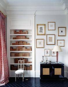 Suzanne Kasler gosta de arrumar simetricamente os livros em estante, e todos no mesmo tom, transmitindo tranquilidade e calma.