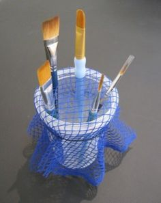 Great idea to hold your brushes. I love smart people Great idea to hold your brushes…. I love smart people Coleman Great idea to hold your brushes…. I love smart people Coleman - Face Painting Designs, Painting Tips, Body Painting, Rangement Art, Diy And Crafts, Arts And Crafts, Art Studio Organization, Paint Shop, Craft Storage