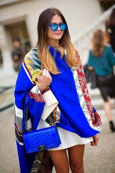 Bolsa azul chanel poncho colorido óculos espelhados rayban