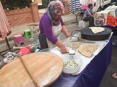 Siden jeg for første gang stiftede bekendtskab med Gözleme, har jeg været helt vild med dem.Gözleme er en populær spise i Tyrkiet, som de fleste tyrkiske kvinder lærer at lave fra barnsben. Gözleme er lækkert både som en snack eller som en del af et måltid. Gözleme laves typisk med enten ost og spinat eller …