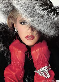chic red gloves and grey fur hat Red Gloves, Leather Gloves, Red Leather, Vintage Leather, Fur Fashion, Couture Fashion, Fasion, Fashion Photo, Vip Fashion Australia