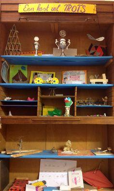 Onze eigen trotskast! Kinderen zetten hier hun 'producten' in en maken er een continue wisselende expositie van.