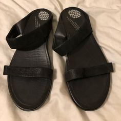 8106387579a Shop Women s Fitflop Black size 8 Sandals at a discounted price at  Poshmark. Description  Fitflop black strap sandals hardly worn!
