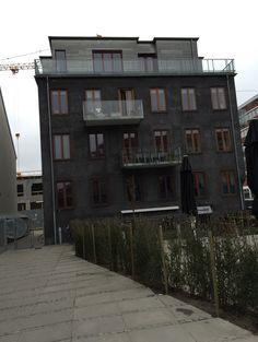 Billedet viser et af de nyeste bygninger i Vesterbro. Det er præget af modernismen, hvilket ses på de rene flader og mange store glasplader