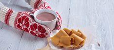 Melkevotter holder kopp og brødskive med brunost i matpapir Mitten Gloves, Mittens, Napkin Rings, Crochet Pattern, Ravelry, Knitting, Etsy, Home Decor, Socks