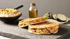Görög sült csirkecomb, sült padlizsánnal és tirosalataval