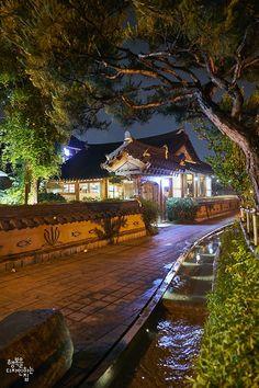 한여름 밤의 추억 전주한옥마을 야경 지난 24일(토) 전주한옥마을에서 두 번째 야행이 진행되었다. 갑자기 ... Beautiful Homes, Beautiful Places, Asian House, Zen House, Night Scenery, South Korea Seoul, Art Village, Permaculture Design, Japanese Interior