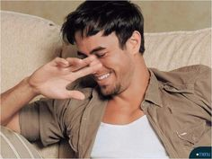 Enrique Iglesias...don't block your smile <<< ;)