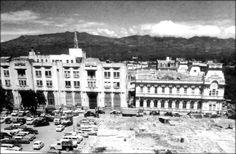 El Banco Nacional de Costa Rica, y el Edificio de Correos. San José, 1963. Empezaba la construcción del Banco Central. Al parecer, ya teníamos bastantes automóviles