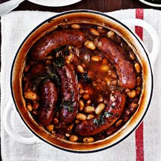 Beans Baked with Sausages in White Wine Sauce Sausage Recipes, Pork Recipes, Wine Recipes, Sausage Meals, I Love Food, A Food, Food And Drink, Chorizo
