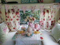 Fleurige kleurige print op tafel, leuk in combinatie met zilveren dinette rand