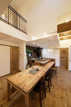 吹き抜けにしたことで、解放的で心地良い空間にしあがったダイニング。 Home Building Design, Building A House, House Design, Japanese House, Kitchen Interior, Home Kitchens, Living Room Designs, Kitchen Dining, Home Goods