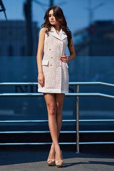 Сексуальное платье из твида нежно-золотого цвета от SL.IRA. Купить стильные дизайнерские ПЛАТЬЯ недорого.