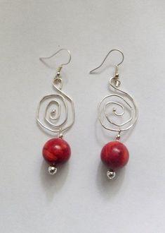 Ohrringe mit Schaumkoralle Perlen und Silberschnecken. Diese sind aus Silberdraht hergestellt.