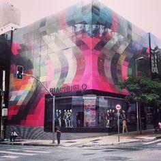 Linda a fachada da loja Riachuelo na Oscar Freire SP! #riachuelooscarfreire #riachuelo #saopaulobrasil  #saopaulocolorida #saopaulo #arquiteturacomercial #flagshipstore #conceito #cor