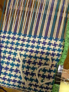 View weaving draft - 3 color houndstooth, created by bnsysabeau. Find various weaving drafts designed by members of Weavolution. Weaving Loom Diy, Card Weaving, Weaving Art, Tapestry Weaving, Weaving Designs, Weaving Projects, Weaving Patterns, Weaving Textiles, Weaving Techniques