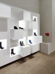 Esta es la interior de una zapatería. Se venden zapatos.
