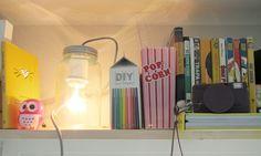 Hjemmelagede lykter av #Norgesglasset trenger ikke alltid henge i taket. Har du en hylle med fine ting, kan disse godt kombineres! (Av snaddersnadder)