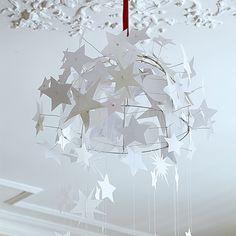 Suspension faite d'étoiles en papier sur une carcasse d'abat-jour