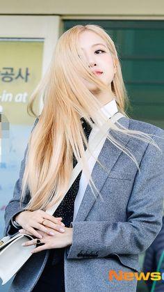 [HQ] 200126 Rosé at ICN Airport heading to Paris for YSL Event🌹🌹 cr. South Korean Girls, Korean Girl Groups, Rapper, Instagram Roses, Instagram Story, Rose Park, 1 Rose, Jennie Lisa, Blackpink Lisa