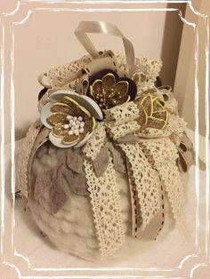 Palla realizzata a mano con cordoncino di feltro. Decorata con nastri e fiori di fommy, realizzati a mano.